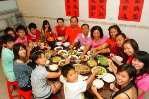 A traditional reunion dinner of a family at home on Chinese New Year eve. (file pix) AZMAN GHANI